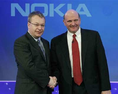 <b><p>Nokia chief executive Stephen Elop (L) welcomes Microsoft chief executive Steve Ballmer with a handshake at a Nokia event in London.</b>