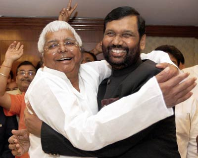 <b>RJD, LJP announce seat-sharing pact</b>