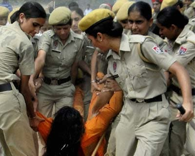 Police vacate a slum
