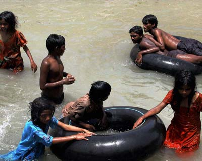 <p>Jammu: Youngsters beat the heat as mercury soars in Jammu.</p>