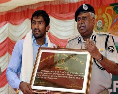 DG Ranjit Sinha honours Yogeshwar Dutt