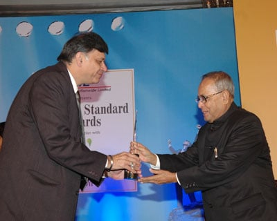 Opto Circuits Chairman and Managing Director Vinod Ramnani receives Star SME award from Finance Minister Pranab Mukherjee. <P> <b>Picture by Suryakant Niwate </b> </P>