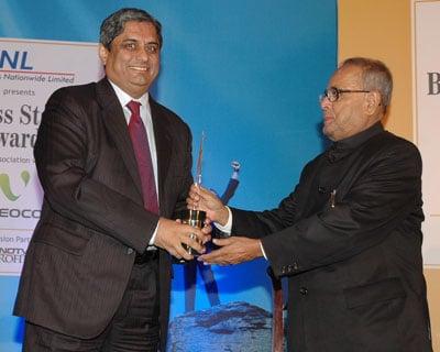 HDFC Bank Managing Director Aditya Puri gets Banker of the Year award. <P> <b>Picture by Suryakant Niwate </b> </P>