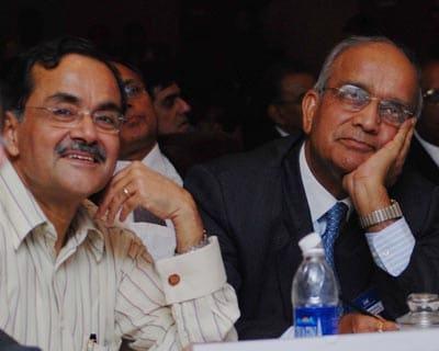 Jagdish Khattar, chairman & managing director, Carnation Auto India and R C Bhargava, chairman, Maruti Suzuki India watching the Budget proceedings <P> <b>Picture by Priyanka Parashar</b> </P>