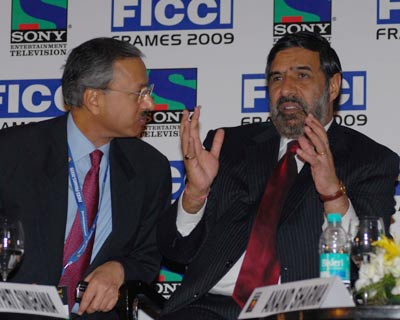 Ficci President and JK Papers Managing Director Harsh Pati Singhania along with Anand Sharma <P> <b>Image by Divyakant Solanki</b> <P>