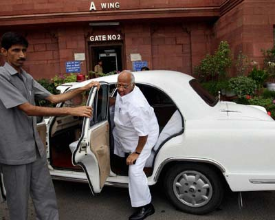 New Delhi: Union Agriculture Minister Sharad Pawar arrives at his office at Krishi Bhavan in New Delhi