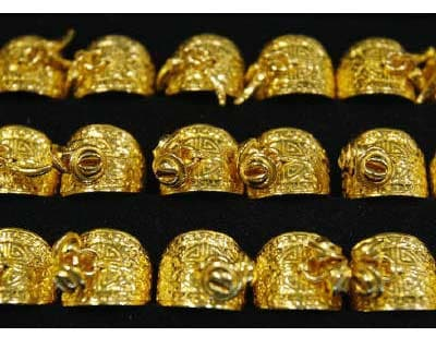 <p>Gold rings are displayed for customers at a jewellery shop in Seoul August 2, 2011.</p><p><b>Gold edged higher on Tuesday, supported by a purchase of 25 tonne of the precious metal by South Korea's central bank, while investors watched the out
