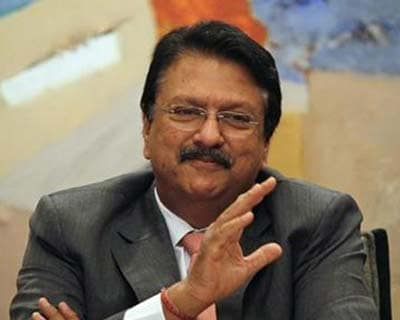 <p><b>Chairman of Piramal Healthcare Ltd. Ajay Piramal gestures as he speaks during a news conference in Mumbai</b></p><p>Drugmaker Piramal Healthcare sees revenue potential of $1.5 billion from its new florbetaben molecule, a possible Alzheimer'