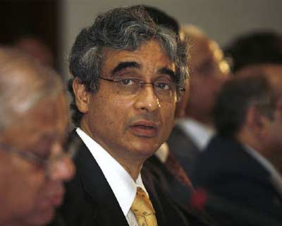 <p><b>OP Bhatt, chairman of State Bank of India, attends a news conference in Kolkata May 2, 2008. SBI said the Reserve Bank has allowed a special concession on aviation loans, SBI Chairman OP Bhatt said on Wednesday.</b>