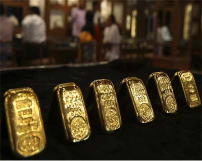 World Gold dips to 4-month low on Greece uncertainty