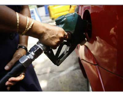 <p>An employee fills a customer&#39;s tank at a petrol pump entirely in Kolkata</p><p><b>State-run Hindustan Petroleum Corp (HPCL) is considering a further increase in petrol prices as it struggles to cut down on retailing losses, its finance directo