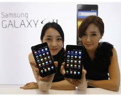 <p><b>Models pose with Samsung Electronics&#39; new smartphone Galaxy S II at the company&#39;s headquarters in Seoul</b></p><p>Samsung Electronics Co Ltd will become the world&#39;s largest smartphone maker this quarter, overtaking struggling Nokia