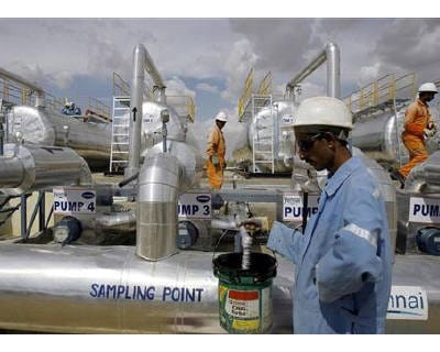 <p><b>Cairn India employees work at a storage facility for crude oil at Mangala oil field at Barmer in Rajasthan</b> </p><p> Miner Vedanta Resources' planned deal worth up to $9.6 billion for control of Cairn India, already slowed by disagreeme