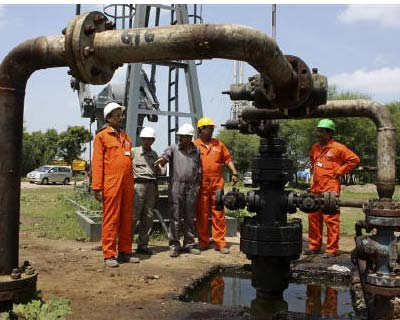 <p><b>Engineers of Oil and Natural Gas Corp (ONGC) stand inside the Kalol oil field in Gujarat</b></p>State explorer Oil and Natural Gas Corp is in talks with the Indian unit of BG Group and Italian oil major ENI to sell up to a 30% stake in an east