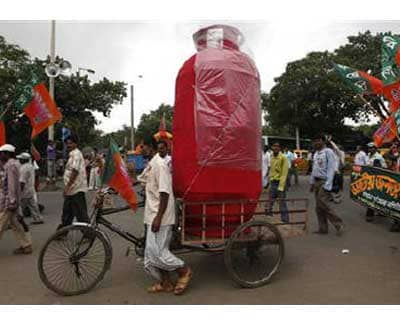 <p>A man pulls a rickshaw loaded with a mock cooking gas cylinder in Kolkata</p><p><B>Oil minister, S Jaipal Reddy, hopes a ministerial panel to review prices of fuel sold at subsidised rates will convene before the next parliament session begins, wh