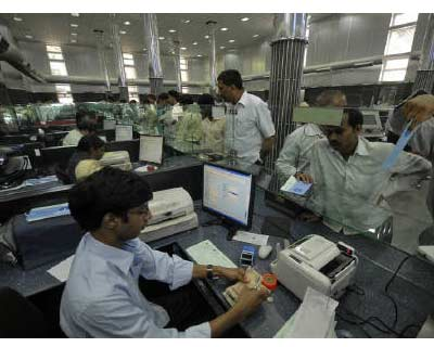 <p>A cashier (L) counts currency notes as customers wait inside a bank in Hyderabad</p><p><b>Indian corporate houses, eager to enter the banking sector, are gearing up to battle for the few licences that the Reserve Bank of India (RBI) is likely to i