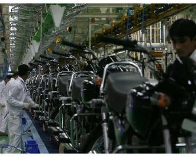 <p><b>Employees work in an assembly line at Hero Honda&#39;s plant in Haridwar</b> </p><p> Aberdeen Asset Management said on Tuesday it will hold on to its minority stake in Hero Honda despite reports that Honda is pulling out of the joint venture.