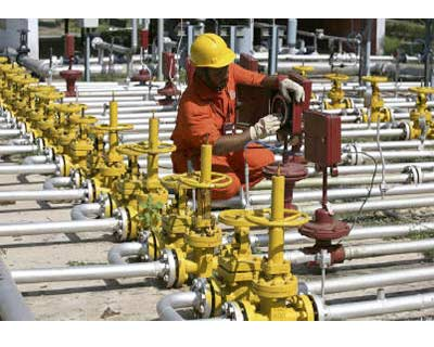 <p><b>An engineer of Oil and Natural Gas Corp (ONGC) works inside the Kalol oil field in Gujarat </b>