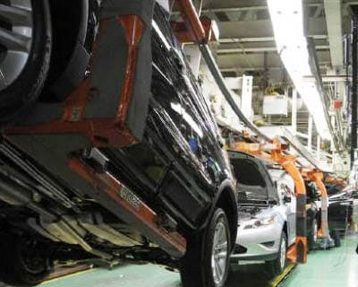 <p><b>The 2011 Ford Explorer and other models roll up an assembly line at the Ford assembly plant in Chicago, Illinois</b>