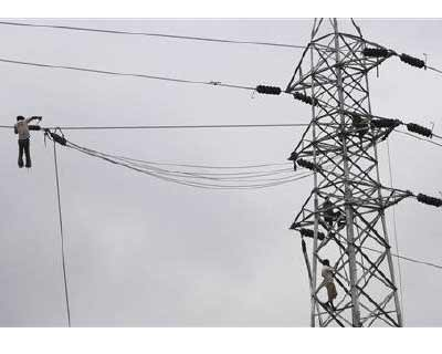 <p><b>Labourers work at an electric pylon in New Delhi</b></p><p>India's power demand is seen rising 55.6% to 1,400 billion kilowatt hours (bkwh) by the end of next five year plan period, that ends in March 2017, Power Secretary P Umashankar said
