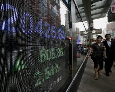 <P> People walk past a panel displaying the closing blue chip Hang Seng index outside a bank in Hong Kong, May 10, 2010. </P><P> The relief rally from the $1 trillion bailout package in Europe lost steam in Asia on Tuesday as stocks fell, but bond