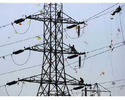 <p>Labourers remove kites tangled up on electric power cables after the end of a five-day long kite festival in Ahmedabad</p><p><b>State-run Power Finance Corporation&#39;s up to $1 bn share sale was fully covered by afternoon on Thursday, the third