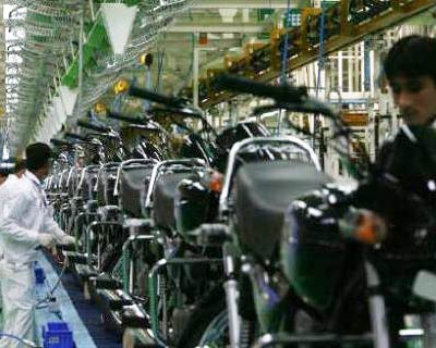<p><b>Employees work in an assembly line at Hero Honda's newly inaugurated plant in Haridwar</b> </p><p> Hero Honda breaks up; Munjals-promoted Hero Group to buy out Honda's 26 per cent stake in joint venture. </p><p> Hero Honda to export