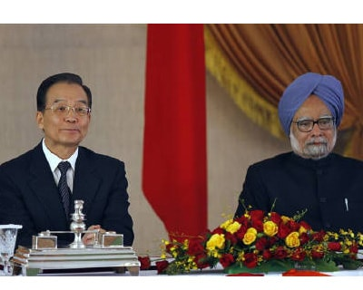 <p><b>Chinese Premier Wen Jiabao (L) and Indian Prime Minister Manmohan Singh attend a signing of agreements ceremony in New Delhi.</b> </p><p> Indian and Chinese premiers discussed the US Federal Reserve&#39;s quantitative easing (QE2) but the val