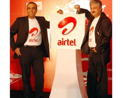 <P> <b>Bharti Airtel Chairman and Managing Director Sunil Bharti Mittal along with Chief Excutive Officer Sanjay Kapoor unveil new global and youthful avatar in New Delhi</b> </P><P>     Besides the logo, the company has also changed the signature