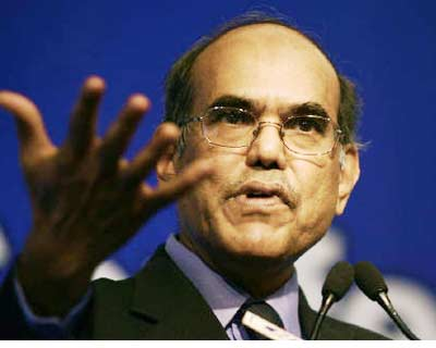 <p><b>Reserve Bank of India (RBI) Governor Duvvuri Subbarao speaks during a business conference in New Delhi</b>