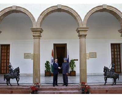 <p><b>Russia's President Dmitry Medvedev (L) shakes hands with India's Prime Minister Manmohan Singh before their meeting in New Delhi.</b>