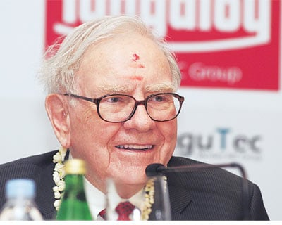 <p><b>Billionaire Warren Buffett speaks during a news conference in Bangalore</b></p><p>Billionaire Warren Buffett, on a visit to Bangalore in India, said he saw significant growth in global output over the next year, in a television interview on Wed
