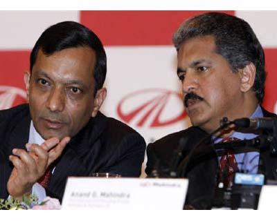 <p><b>Pawan Kumar Goenka (L) talks with Anand G Mahindra, Mahindra & Mahindra's vice chairman and managing director, during a news conference in Seoul</b> </p><p> Indian utility vehicles maker Mahindra & Mahindra said on Monday it had signed a