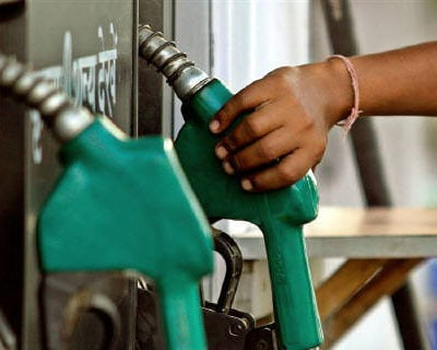 <p><b>A worker lifts a petrol nozzle in New Delhi</b></p><p>The govement has no plans to raise petrol and diesel prices until the completion of elections in some states, an oil ministry source told reporters on Thursday, despite surging global oil pr
