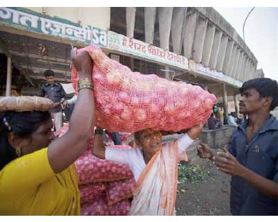 <p>A labourer (C) carries a 50kg sack of onions on her head as she moves it to a delivery truck at a wholesale market in Pune, south of Mumbai</p><p><b>The food price index rose 8.55% in the year to May 14, government data showed on Thursday, picking