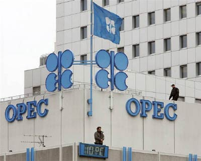 <p><b>Police officers stand guard on the rooftop of Vienna&#39;s OPEC headquarters before the start of meeting of OPEC oil ministers</b>