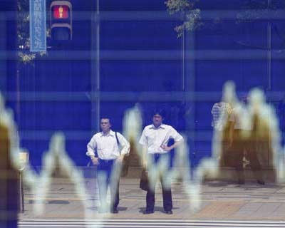 <p><b>People are reflected on a stock board showing a graph of the US $/ Japanese Yen exchange rate outside a brokerage in Tokyo</b> </p><p> The yen rose and Japanese shares gave up some of their strong early gains on Monday after the Bank of Japan