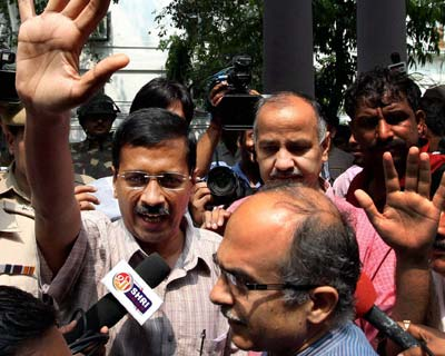 Kejriwal, Bhushan court arrest, let off