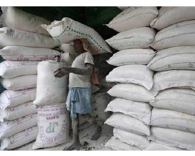 <p>A labourer carries a sack filled with corn flour at a wholesale vegetable market in Kolkata January 10, 2011. The food price index rose 16.91% and the fuel price index climbed 11.53% in the year to January 1, government data on Thursday showed</b>