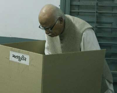 Advani casting vote in Gujarat polls