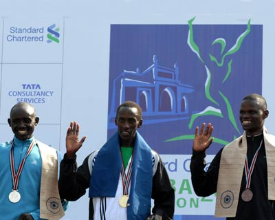Kenya swept the first three places in the men's category, Kenneth Mungara (centre) set a scorching pace to win in 2 hours 11 minutes and 51 seconds, followed by fellow David Tarus (2:12:02 seconds) and defending 2007 and 2008 champion John Kelai
