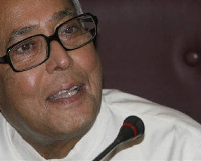 <p><b>Finance Minister Pranab Mukherjee smiles during a news conference in New Delhi.</b>