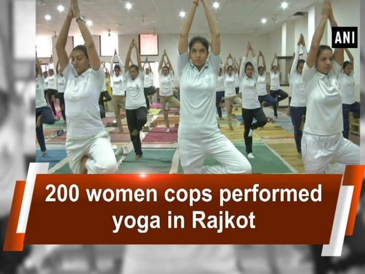 200 women cops performed yoga in Rajkot