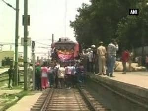 Allahabad jewellers halt train in protest of 1% excise duty