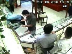 Caught on cam: Loot at jewellery shop