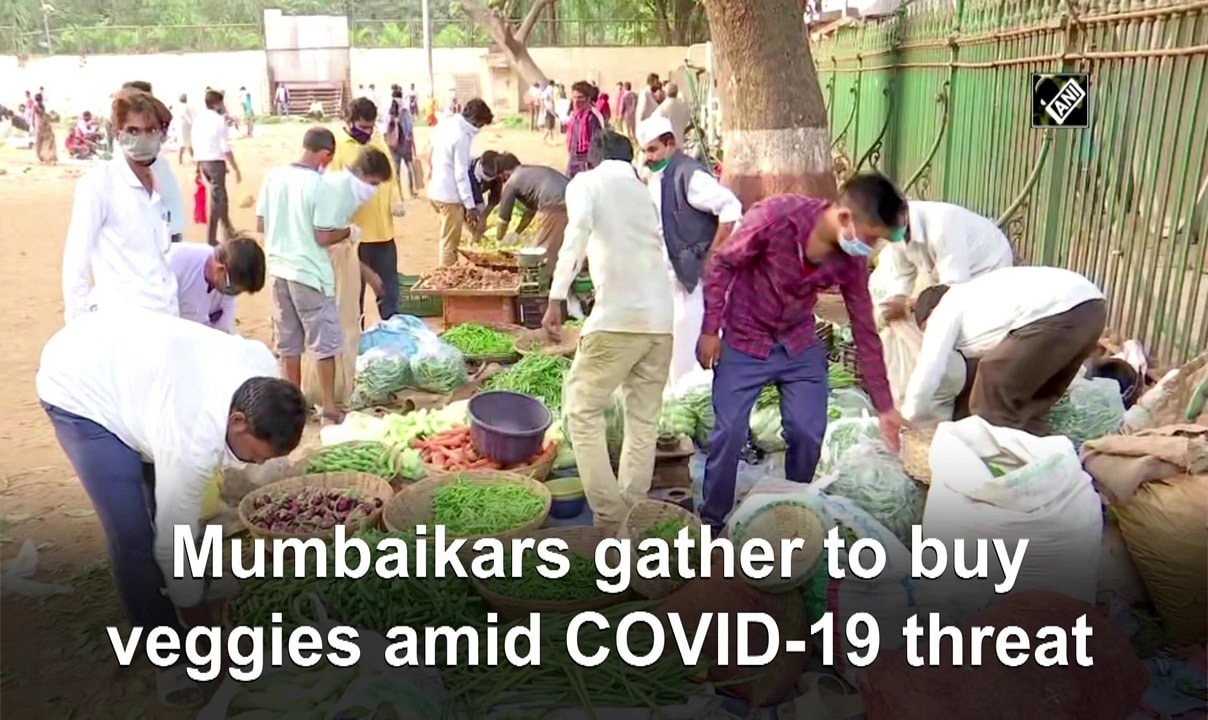 Mumbaikars gather to buy veggies amid COVID-19 threat