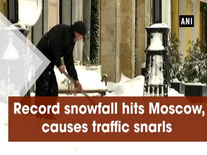 Record snowfall hits Moscow, causes traffic snarls