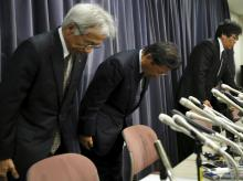 Mitsubishi Motors's President Tetsuro Aikawa (C) bows with other company executives during a news conference to brief about issues of misconduct in fuel economy tests at the Land, Infrastructure, Transport and Tourism Ministry in Tokyo, Japan. Photo: