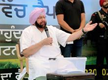 Punjab Congress President Captain Amarinder Singh interacts with the audience during the 'Halke vich captain' program, at Khanna near Ludhiana. Photo: PTI