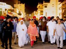 Punjab Chief Minister Parkash Singh Badal accompanied by Deputy Chief Minister Sukhbir Singh Badal, Union Ministers Harsimrat Kaur Badal and Vijay Sampla dedicate the Amritsar Beautification Project to the humanity in Amritsar, Punjab.